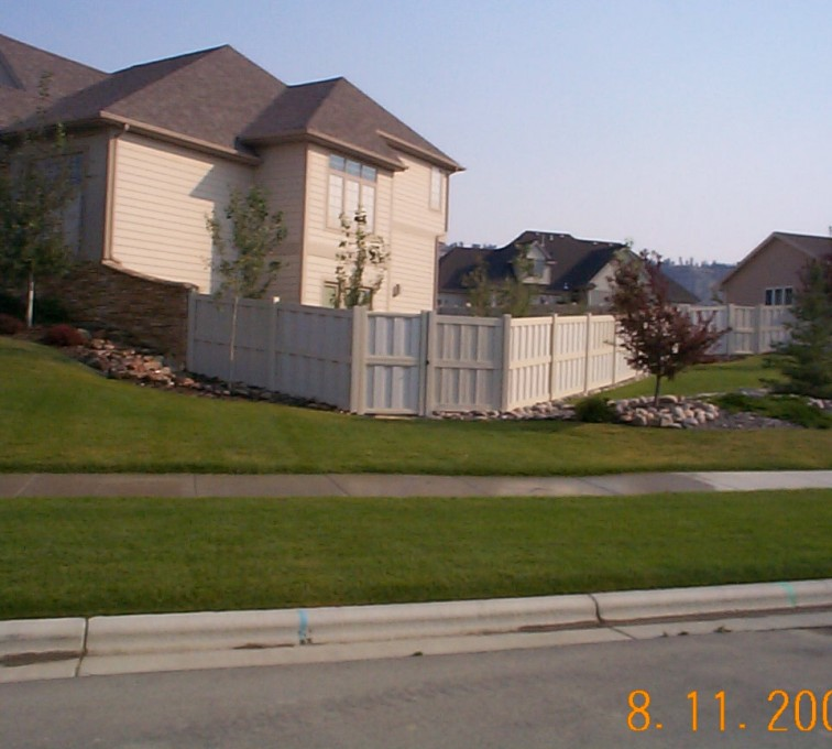 The American Fence Company - Sioux City - Vinyl Board-on-board fence