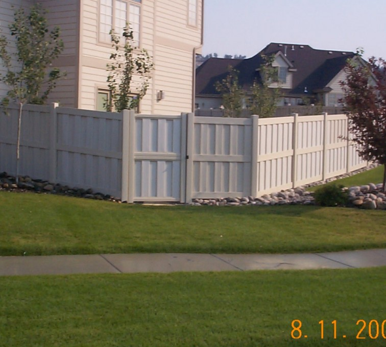 The American Fence Company - Sioux City - Board-on-board PVC fencing