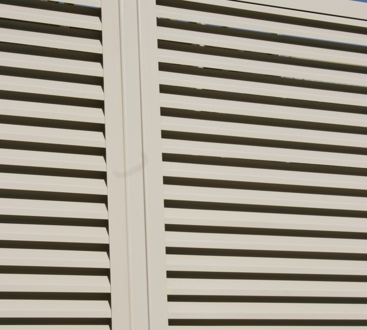 Louvered Screen Systems For Mechanical Equipment